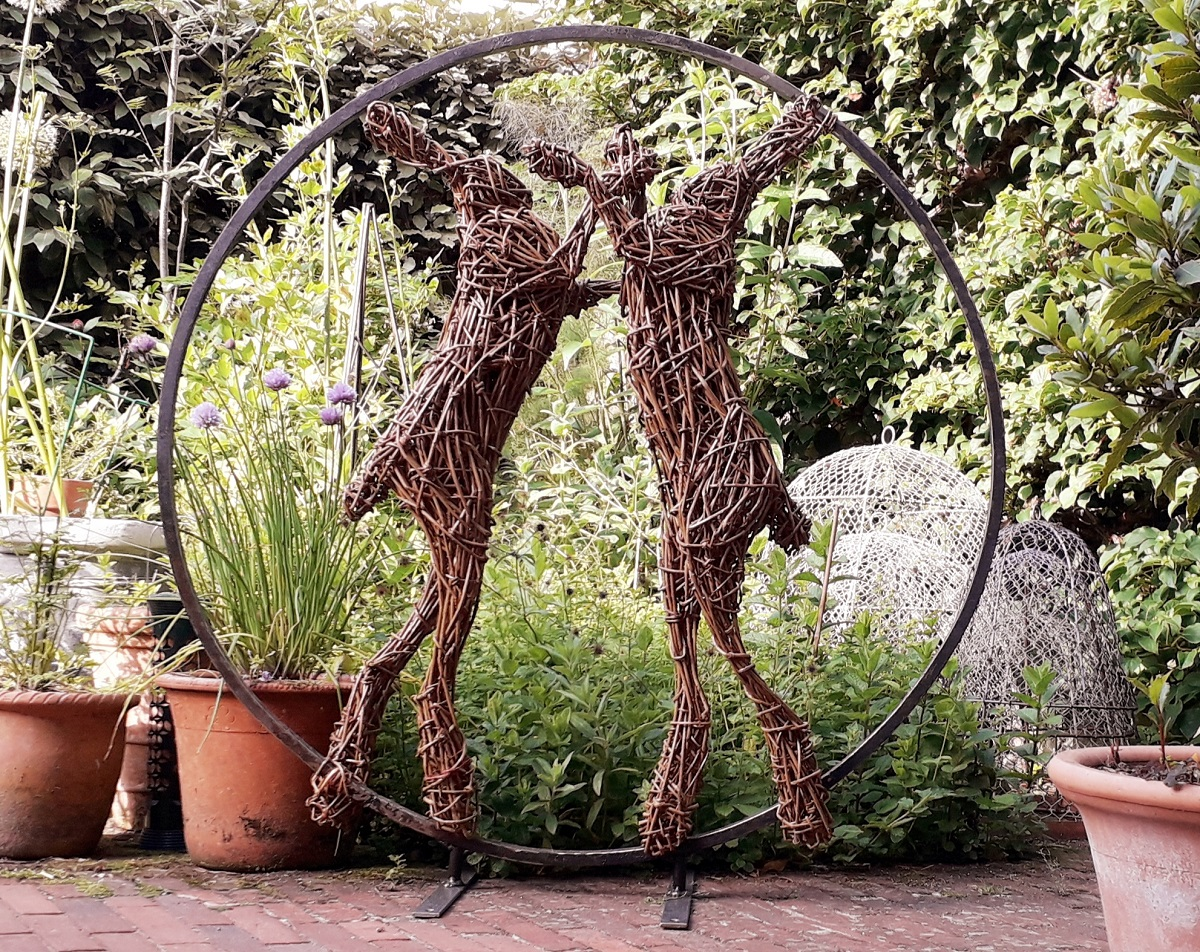 Willow Boxing Hares in circle.