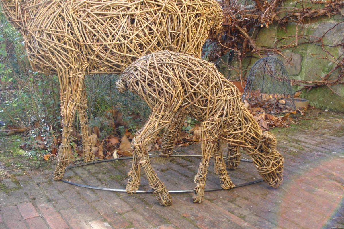 roe deer and fawn, willow deer and fawn, deer sculpture, willow deer, garden willow sculpture, roe deer sculpture